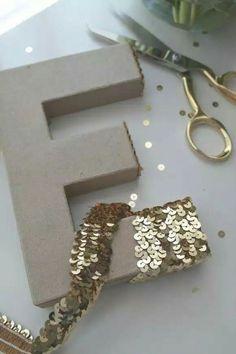 As letras podem ganhar um toque a mais, com essas faixas de lantejoulas!