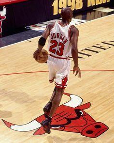 Fotografia de notícias : Michael Jordan of the Chicago Bulls dribbles up. Michael Jordan Basketball, Love And Basketball, Sports Basketball, Basketball Players, Basketball Memes, Sports Wall, College Basketball, United Center, Utah Jazz