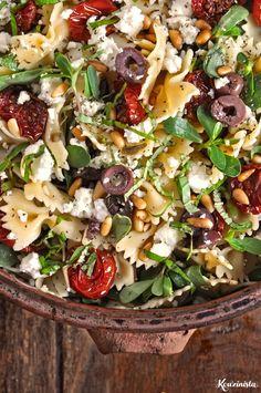 Ξέρω τι θα μου πείτε. Μια σαλάτα υποτίθεται ότι πρέπει να γίνεται εύκολα και γρήγορα και να μην προϋποθέτει πολύωρη προετοιμασία και προγραμματισμό. Κάτι τέτοιο αντιτίθεται στην έννοια της σαλάτας.… Roasted Tomato Pasta, Tomato Pasta Salad, Cherry Tomato Pasta, Roasted Cherry Tomatoes, Food Network Recipes, Cooking Recipes, Healthy Recipes, The Kitchen Food Network, Salad Bar