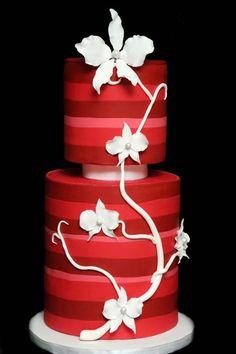 ► Pastel de boda en rojo, con diseño de flores. #pasteles #bodas