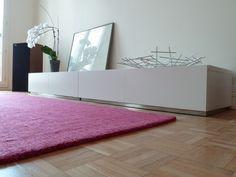 meuble besta ikea laqué blanc, murs blancs et tapis rose au sol