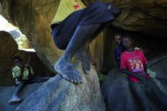Des familles avec enfants vivent dans des grottes, à l'abri des bombardements incessants décidés par le gouvernement de Khartoum, à proximité de la ligne de front de Meitan. Monts Nuba, Kordofan du Sud, Soudan, 20 novembre 2012. © Camille Lepage