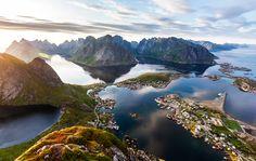 Reine, situada en el archipiélago de Lofoten de Noruega, es un pequeño pueblo de pescadores donde encontrarás impresionantes paisajes, playas y unas vistas increíbles de la aurora boreal. Las actividades incluyen caminatas, kayak, y por supuesto, la pesca.