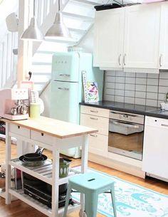 Cocinas encantadoras decoradas en colores pasteles.