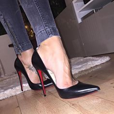 Black Pumps, arches and Toe Cleavage