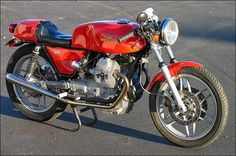 Dit is hem! Moto Guzzi V50, Moto Guzzi Motorcycles, Motorbike Design, Vintage Cafe, Motorcycle Outfit, Vintage Racing, Michelangelo, Custom Bikes, Cool Bikes