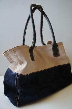 Bolso de gamuza azul y beige. asas de cuero chocolate
