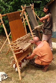 I finally see how multiple heddles can create multiple shreds in the same working area. - Weaving on the Warp Weighted Loom. Image by Terra Celtica, Poland. Tablet Weaving, Weaving Art, Loom Weaving, Tapestry Weaving, Hand Weaving, Weaving Textiles, Weaving Patterns, Viking Reenactment, Art Textile