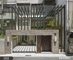 老公寓以隔柵揭幕,綠意俏皮從縫中露臉,老宅第新生了。大門以人造片岩與拉高至 2 樓的鋁製格柵呈現主人撙節大器的高度。