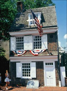 The Betsy Ross House, the birthplace of the American flag, is alive with the sights and sounds of the century. Tour the house and learn more about Betsy and her exciting life and times through interactive, historical programming. Us History, American History, Historic Philadelphia, Visit Philly, All I Ever Wanted, Historical Architecture, Early American, Us Travel, Places Ive Been