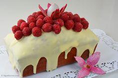 Diesmal ein Rezept für cake marbré framboise Himbeer-Marmorkuchen mit weißer Schokolade überzogen, mit Himbeeren belegt und mit etwas Rosenwasser aromatisiert.