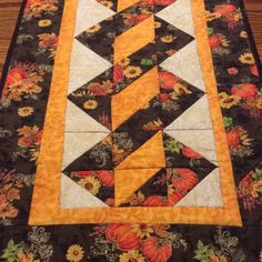 Photo above © Kristen Long This quilting pattern / tutorial is available for free. Quilted Placemat Patterns, Quilt Square Patterns, Quilt Patterns Free, Patchwork Table Runner, Table Runner And Placemats, Quilted Table Runners, Fall Table Runner, Crochet Table Runner, Thanksgiving Table Runner