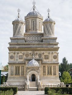 The Curtea de Argeş Cathedral - Romania Sacred Architecture, Religious Architecture, Church Architecture, Beautiful Architecture, Beautiful Buildings, Places Around The World, Around The Worlds, Les Balkans, Visit Romania