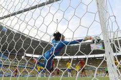 サッカーW杯ブラジル大会(2014 World Cup)グループA、ブラジル対メキシコ。シュートをセーブするメキシコのGKギジェルモ・オチョア(Guillermo Ochoa、2014年6月17日撮影)。(c)AFP/YURI CORTEZ ▼18Jun2014AFP|ブラジル、メキシコ守護神崩せずスコアレスドロー http://www.afpbb.com/articles/-/3017984 #Brazil_Mexico_group_A #Brazil2014 #Guillermo_Ochoa