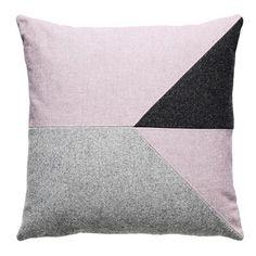 Fuss er en dansk virksomhed med fokus på materialer og kvalitet. Puderne er designet af Karen Mimi, som har en passion for strik og design i nye baner. Fuss pude M4 er en mix af grå toner og kvaliteter.