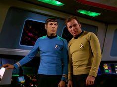 Spock and Captain Kirk on the bridge (Star Trek) Watch Star Trek, Star Trek Tos, Star Wars, Star Trek Tv Series, Star Trek Original Series, Star Trek Convention, Star Trek 1966, William Shatner, Star Trek Universe