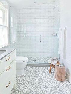 El blanco no es aburrido wn un baño y es perfecto para espacios pequeños