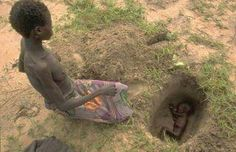 Sad Photo Of A Malnourished Mother Burying Her Malnourished Dead Baby - Graphic Photo We Are The World, People Of The World, Our World, Change The World, Trash Polka Style, Mundo Cruel, My Heart Is Breaking, Black History, Religion