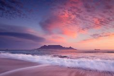 Ghost rain hanging from the clouds catches the sunset light over Table Bay on an eerie winter's day. Beautiful World, Beautiful Places, Beautiful Sunset, Table Mountain Cape Town, Pretty Sky, Sunset Wallpaper, Landscape Photographers, Aesthetic Pictures, Pretty Pictures