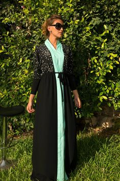 This abaya/kaftan I wouldn't mind wearing! Arab Fashion, Muslim Fashion, Modest Fashion, Pretty Outfits, Beautiful Outfits, Dubai Fashionista, Kaftan Designs, Islam, Hijab Chic