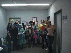 El grupo de voluntarios de Informa D&B y el doctor Teflon de Fundación Theodora a punto de empezar la actuación en la que cuentan cuentos a niños ingresados en hospitales