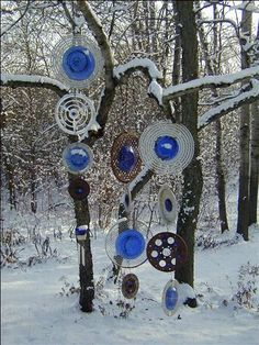 StrungByColor: Recycled Garden Decor – wow garden art can look cool in the win… - Modern Garden Whimsy, Garden Junk, Garden Deco, Garden Totems, Glass Garden Art, Glass Art, Recycled Garden, Recycled Art, Recycled Glass