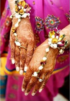 Floral Haath Phool Jewelry over Mehndi ✾ Henna Mehndi Flower, Mehndi Dress, Desi Wedding, Wedding Ideas, Hawaii Wedding, Wedding Themes, Floral Wedding, Wedding Details, Wedding Flowers