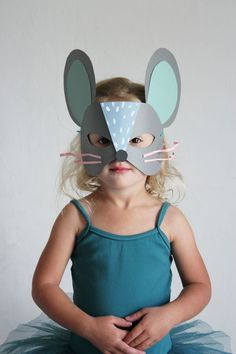 20 Easy DIY Halloween Masks to Complete Your Costume Transform your toddler into a scurrying cutie with this printable template-turned mouse mask. It's so fun and easy to do, your little girl or boy will want to learn how to make it themselves! Diy Halloween, Halloween Masks, Mouse Mask, Cat Mouse, Diy For Kids, Crafts For Kids, Papier Diy, Mouse Crafts, Manualidades Halloween