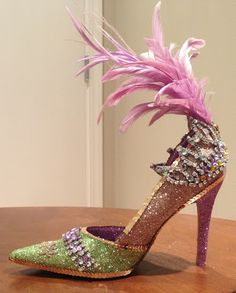 from Vintage Mardi Gras and thought after the model of the old . Pin of vintage Mardi Gras, and wa Mardi Gras Float, Mardi Gras Party, Mardi Gras Outfits, Mardi Gras Costumes, Muses Shoes, New Orleans Mardi Gras, Creative Shoes, Mardi Gras Decorations, Glitter Shoes