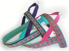 Norwegergeschirr im Doppelpack. Schön fröhlich und erfrischend bunt. Dekorative Blümchenborte auf lila oder pinkfarbenem Gurtband, weich gepolstert mit mintfarbenem Neopren. Auf Maß angefertigt von www.peppetto.de