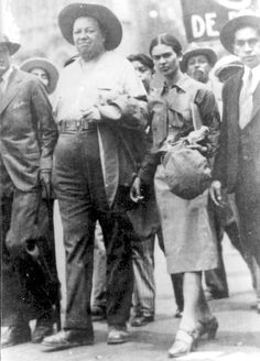 Frida Kahlo at a May Day march with Diego Rivera Frida E Diego, Diego Rivera Frida Kahlo, Tina Modotti, Mexican Artists, My Muse, Mexico City, Famous Artists, Photos, Pictures