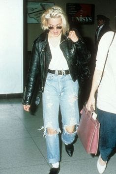 "T-shirt e jeans, il look ""off duty"" più amato dalle celebrities | Vogue Italia Madonna 80s Outfit, Madonna Fashion, 80s Fashion, Fashion Week, Fashion History, Fashion Outfits, Jeans Et T-shirt, 80s Jeans, Denim Jeans"