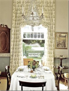 Dining room featuring Bowood – by Colefax and Fowler