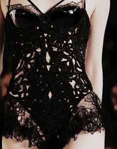 Le #body de nos rêves! Alexander McQueen (été 2012). #fashion #lingerie #dream