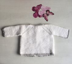 This tricot jersey is a very simple task for those who want to start with fine wool for baby,it's simple and easy, all you need is to have a little patience Baby Knitting Patterns, Knitting For Kids, Baby Patterns, Diy Crafts Knitting, Loom Knitting, Baby Pullover, Baby Cardigan, Baby Barn, Bebe Baby
