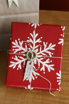 christmas wrapping 5 A few Christmas wrapping ideas photos) Present Wrapping, Creative Gift Wrapping, Creative Gifts, Wrapping Ideas, Christmas Photos, Christmas Holidays, Christmas Crafts, Christmas Decorations, Christmas Buttons