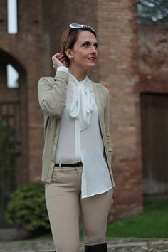 Margaret Dallospedale, Maggie Dallospedale fashion diary, Fashion blog, Fashion blogger,  fashion tips, how to wear, Outfits, OOTD, Fall outfit, Pants beige and white shirt, 1