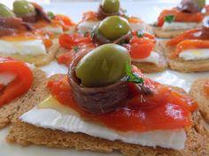 Empezamos a realizar la receta con unos ingredientes básicos. Los canapés de anchoas son unos pequeños bocados salados y deliciosos