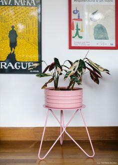 Referências divertidas e cores alegres se misturam a móveis antigos na decoração de um apartamento tão acolhedor quanto uma casa.