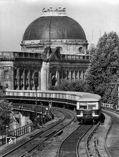 1985 Eine S-Bahn auf der Stadtbahn zwischen Friedrichstrasse und Hackescher Markt vor der Kulisse des Bodemuseums