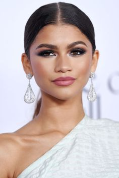 The best smoky eye makeup inspiration for a night out: Zendaya Zendaya Coleman, Maquillage Smoky Eye, Black Dress Makeup, Zendaya Makeup, Zendaya Eyebrows, Rihanna Makeup, Makeup Articles, Beauty Makeup, Hair Makeup