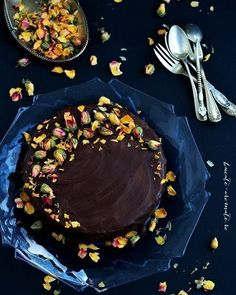 Brownie Cake with Dried Roses. Brownie layer cake with chocolate cream and dried roses. Simply delicious recipe for your special days. [in Romanian] Chocolate Cream, Chocolate Fondue, No Cook Desserts, Dessert Recipes, Guacamole, Drying Roses, Sans Gluten, Cupcake Cakes, Cupcakes
