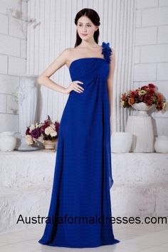 A flattering tailoring combined with the flirty chiffon fabric, this gorgeous royal blue floor-length evening dress bring you a glamorous look for your 2013 formal or formal, featuring flowery drapes one-shoulder design, this magnificent royal blue dress nicely show off your snow-white skin and rosy complexion, the empire waist design cleverly conceal the belly roll and makes it perfect for all shapes.