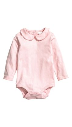 Bodysuit with a collar: CONSCIOUS. Long-sleeved bodysuit in soft organic cotton jersey with a rounded collar and press-studs at the back and crotch. Scalloped trim at the collar and cuffs. Baby Outfits, Newborn Outfits, Kids Outfits, H&m Fashion, Fashion Kids, Toddler Fashion, Girls Clothes Shops, Pink Kids, Coton Bio