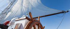 Mostani írásunkban folytatjuk a vitorlás hajókra ható erők bemutatását, rendszerezését. A vitorlások üzemanyaga az áramló levegő, vagyis a szél. Ez biztosítja az előrehaladást, de ugyanakkor ellenállást is támaszt a mozgó hajóval szemben.A vitorla a szél irányával szöget zár be, és így azt erede...
