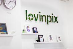 On a la main verte chez Lovinpix avec notre logo végétal ! #décoration #bureau #workplace #deco #design
