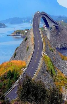 """É uma das pontes mais linda do mundo. The Storseisundet bridge, Møre og Romsdal, Norway. This bridge forms part of the fantastic """"Atlanterhavsveien or Atlantic Road"""". This road is well worth the trip just to drive on it once! Norway Sky Bridge, Atlantic Road Norway, Atlantic Ocean, Dangerous Roads, Big Sur California, Beautiful Roads, Countries Of The World, Places To See, Paths"""