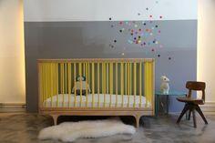 confettis sur mur bicolore