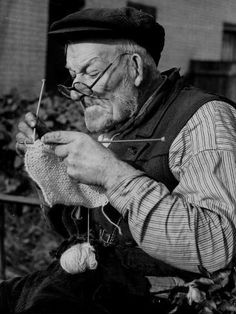 Elderly Man Knitting Garments During Drive to Provide Goods to Servicemen During the War Photographic Print – socken stricken Foto Picture, Art Du Fil, Knit Art, Elderly Man, Vintage Knitting, Vintage Crochet, Old Men, Belle Photo, Black And White Photography
