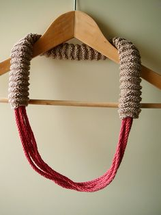 Bruinroze gebreide ketting  Brown-and-pink knitted necklace